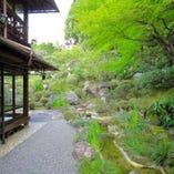 翡翠の如き、澄んだ緑に包まれる庭園「石翠」