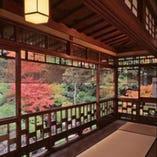 二階大広間からの紅葉の眺め