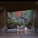 重厚な門構え。掃き清められた石段に 灯篭の灯が美しく揺らめく