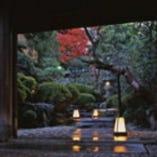 重厚な門構え。掃き清められた石段に、灯篭の灯が美しく揺らめく
