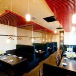 【1階】4名~55名様まで利用可能なテーブル席。フロア貸切も可能
