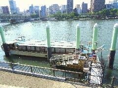 階段の下に屋形船 釣庄 隅田公園桟橋が御座います。