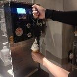 ソフトクリームは、お客様ご自身で巻ける。