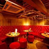 赤いソファが素敵な中3階のVIP席は女子会などにぴったり