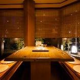 ぬくもりのある木や竹、お花を使い、都会の雰囲気を忘れてしまうようなテーブル席