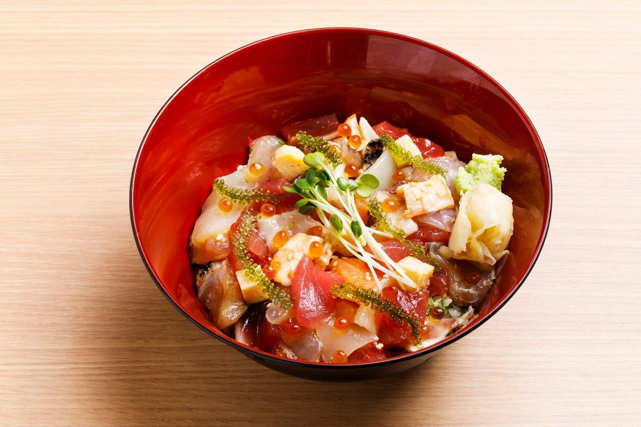 厳選したネタを使用した特製海鮮丼