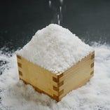◇ 「塩」サラサラの煎塩をふりかけた焼魚。塩の甘みを実感します。 ◇