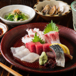 四季折々の鮮魚を盛り付けた『刺身の盛り合わせ』
