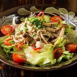 たっぷりのきのことハーブ鶏を盛り付けたボリューム満点な一皿!『ハーブ鶏ときのこのサラダ』はおかずとしてもバッチリです