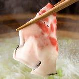 昆布出汁ベースのスープにしゃぶしゃぶ!熱々を召し上がれ