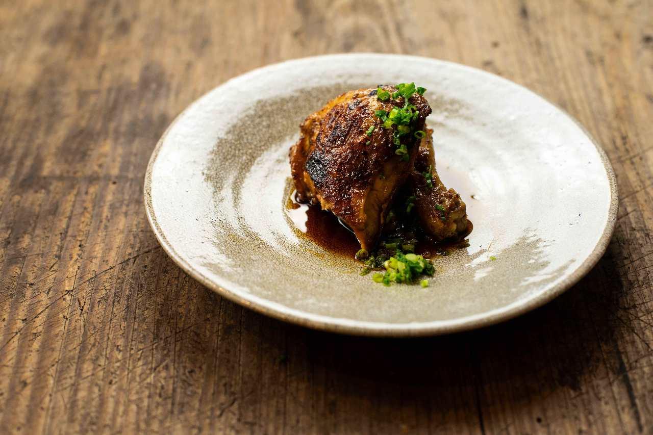 新子焼き。炭で焼き上げた骨付き鶏を自家製のタレで。