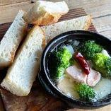 魚介とブロッコリーのアヒージョ