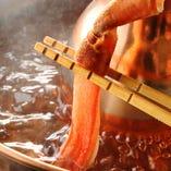 北海道より直送されるズワイガニのしゃぶしゃぶは大人気!