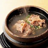 良質な牛テールをじっくり煮込んだ牛骨の深い旨味を味わっていただける料理長一押しの一品