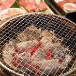 お肉の魅力を引き出すのはやっぱり炭