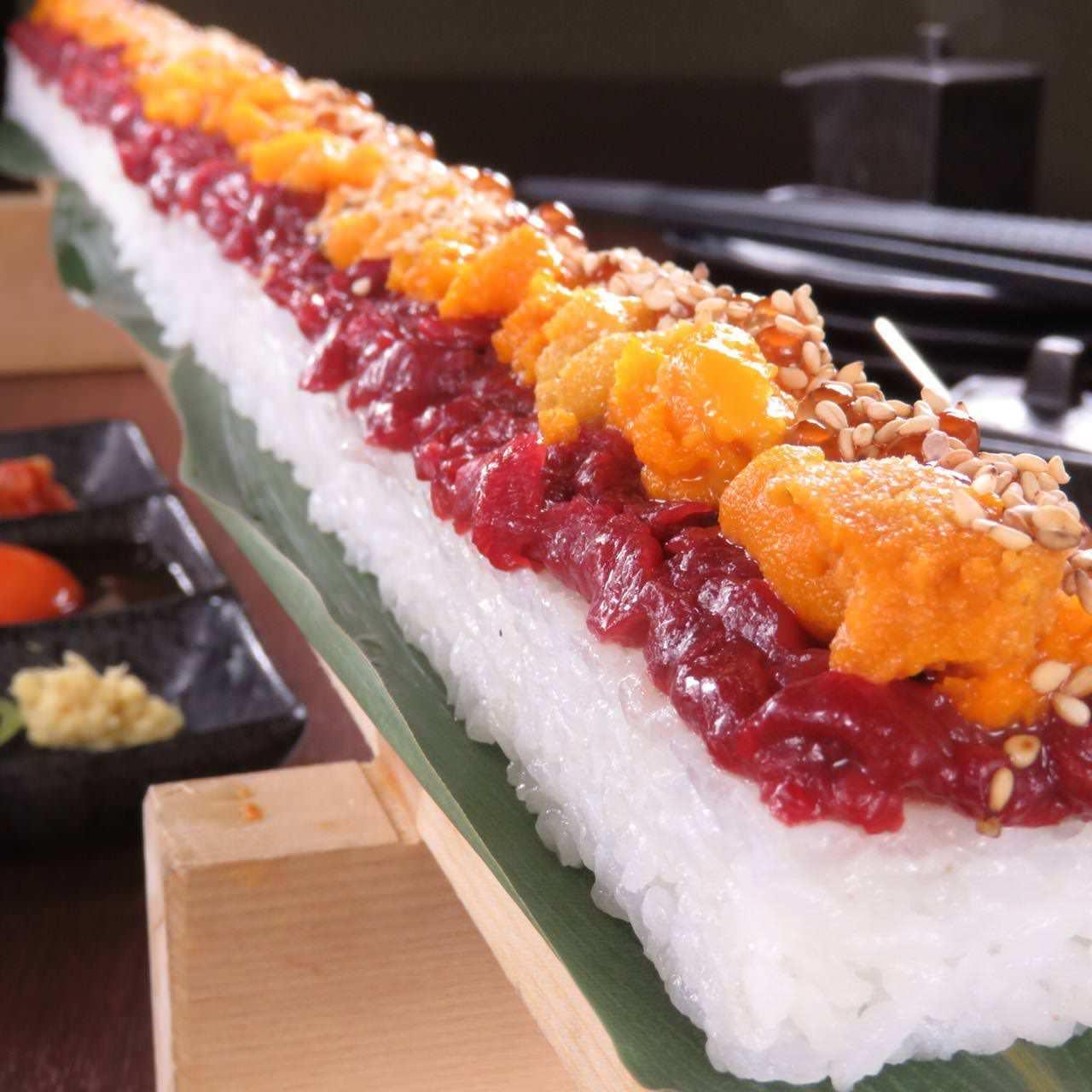 全長30cmの特大ユッケ寿司など多彩★