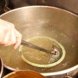 毎日鶏ガラ10キロ~15キロをコトコト手間暇掛けて煮込みます。
