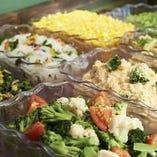 バーガーが出来上がるまでテーブルに並ぶ新鮮な野菜のサラダバーをお楽しみください!