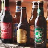 バーガーの旨みを引き立てるボトルビールは常時10種類ほどご用意
