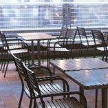 日中は明るく開放的な空間として、日が暮れて明かりが灯ると幻想的な雰囲気の中でお食事をお楽しみいただけます