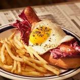 「マリナラエッグドッグ」は、煮込んだトマトソースをかけたホットドッグに、半熟の目玉焼きを豪快にトッピングしております!