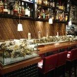 ショーケースの中には見るからに新鮮な殻付きの牡蠣がどっさり!