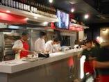 活気あるオープンキッチン。常時6~8名の料理人が腕を振るいます