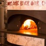 国産の薪窯とナラ薪使用。450度で一気に焼き上げます。