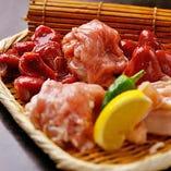 丹波産や淡路島産など地元兵庫県内の朝引き地鶏は、炉端焼きでご堪能。