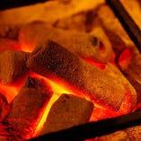 炭火で焼くからさらに美味しい!外側を素早く焼いて、旨みは中に閉じ込めるので、とってもジューシーに仕上がります。