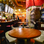 【可動式パーティション】奥のテーブル席との間にパーティションを設置することによって、奥のパーティースペースを貸切感覚で使用することが出来ます。
