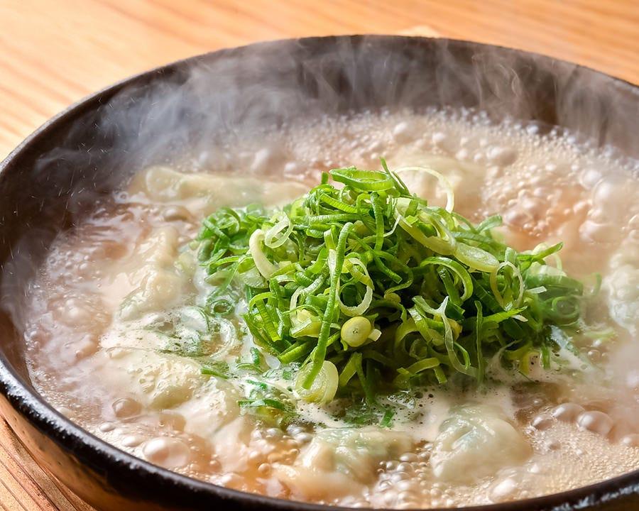 博多の人気グルメ、絶品「炊き餃子」