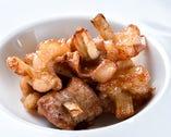 牛の小腸に生のゴボウを差し込んで塩・胡椒で焼いた「小腸ごぼう焼」