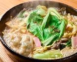 「炊き餃子」の旨味たっぷりのスープを使用。野菜たっぷりで女性からも人気を集める「池ちゃんぽん」