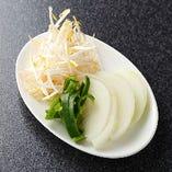 もやし・玉ねぎ・ピーマンの3種の「野菜盛り」無料にて食べ放題とさせていただきます。