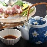 ジンギスカンで生ラム肉を堪能したら、最後のお楽しみが「つけダレのほうじ茶割り」です。