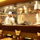 ★目前で熱々料理★オープンキッチンを見渡す人気のカウンター席