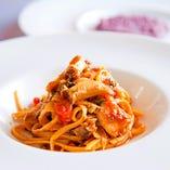 活鮑の自家製タリオリーニ 肝とフレッシュトマトのソース