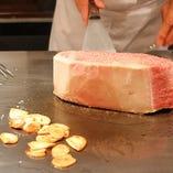 世里花の美味しさの秘密 薄い肉を何枚も焼くのではなく 分厚い肉を焼く!薄い肉は家庭でも焼ける 分厚い肉は鉄板でないと焼けない