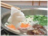 鍋でクエの身をしゃぶしゃぶ、天然ならではの食感が楽しめます