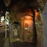 新宿歌舞伎町に佇む非日常への扉…カラオケ付の個室もございます