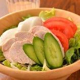 自家製豆腐と蒸し鶏の中華サラダ