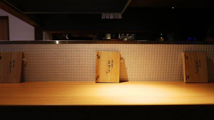 間接照明のほのかな光が照らす落ち着いた雰囲気の店内