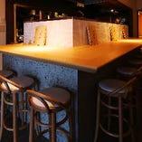 【1F】スポットに照らされた大人な雰囲気のオープンキッチンのカウンター