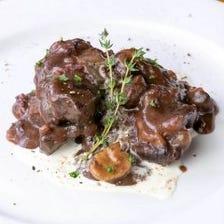 上質な国産ほほ肉を2日間かけて仕上げた『国産牛ホホ肉の赤ワイン煮込み』パン2個付き