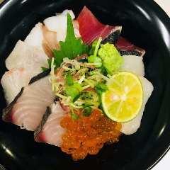 海の幸たっぷりの海鮮丼 小豆島の醤油をたらして