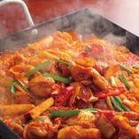 野菜から出る旨ダレは鶏肉や野菜が絡むことで、ゴールデンバランスの味わいをお楽しみいただける「タッカルビ」