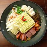 「軍隊鍋」ともいわれるプテチゲ。〆は韓国麺で!