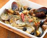 豊洲直送!鮮魚のアクアパッツア!1匹丸々使用してます!毎日魚の種類が変わります!旬の魚も美味しく召し上がれます♪ 残ったスープでリゾットやパスタにもどうぞ!!