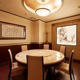 個室は2名様~ご利用可。9名様でもゆったり2卓。(室料無料)